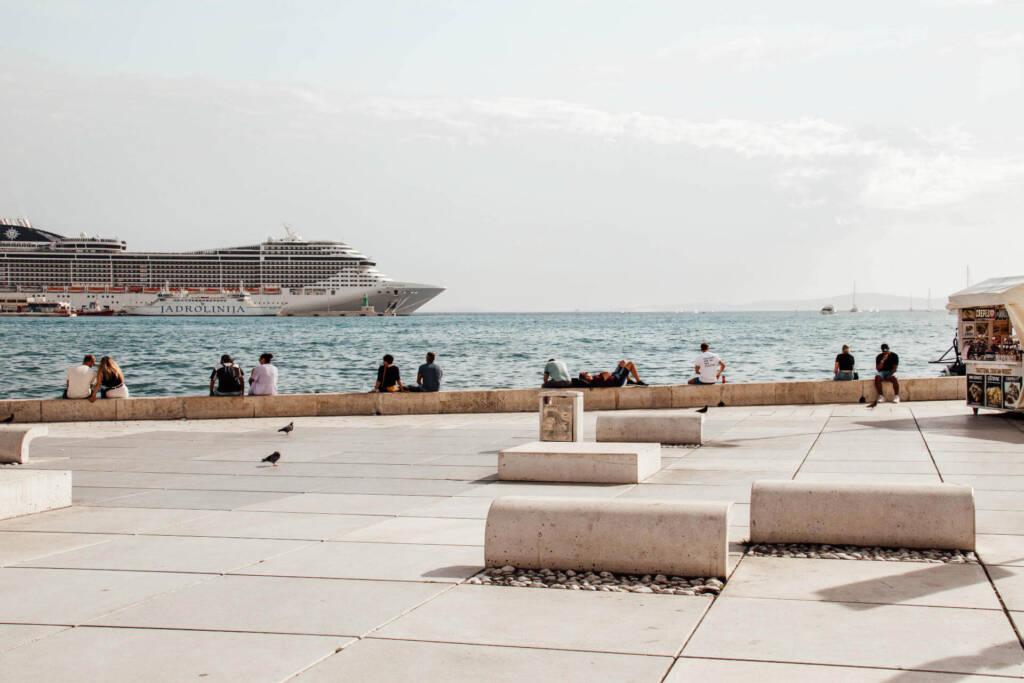 Von der Uferpromenade kann man die Aussicht aufs Wasser und die vorbeifahrenden Schiffe genießen.
