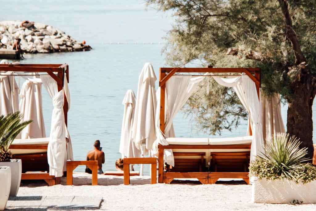 Am Kasjuni Strand in Split gibt es zahlreiche Liegen zum entspannen.